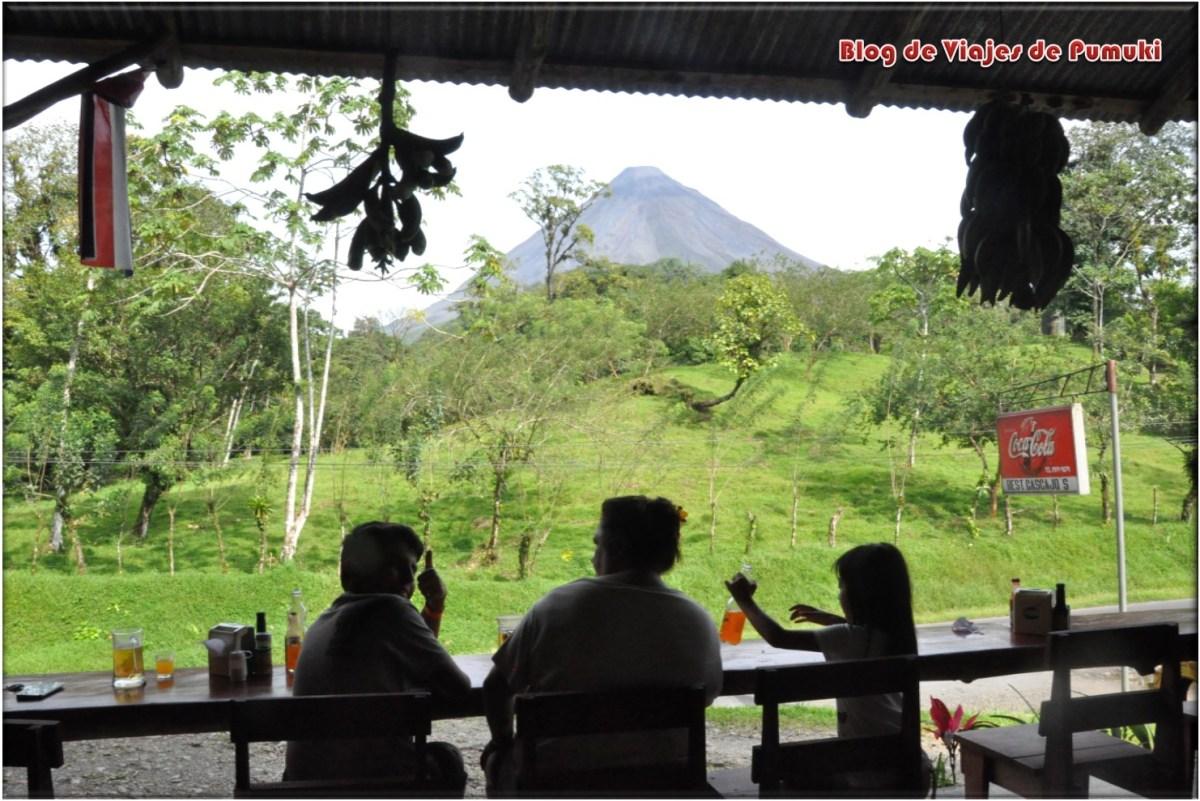 Restaurante con vistas al volcan Arenal en Costa Rica
