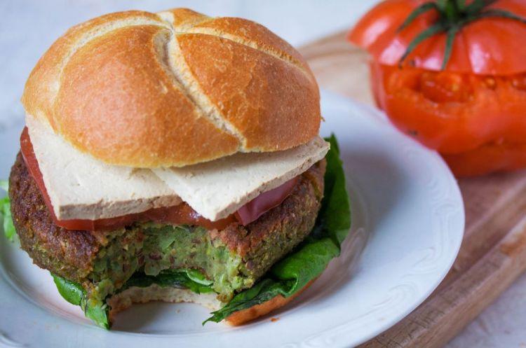 Zielone burgery bazyliowe