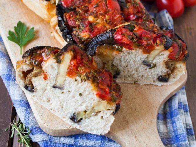 Bakłażanowe zawijańce z sosem paprykowym