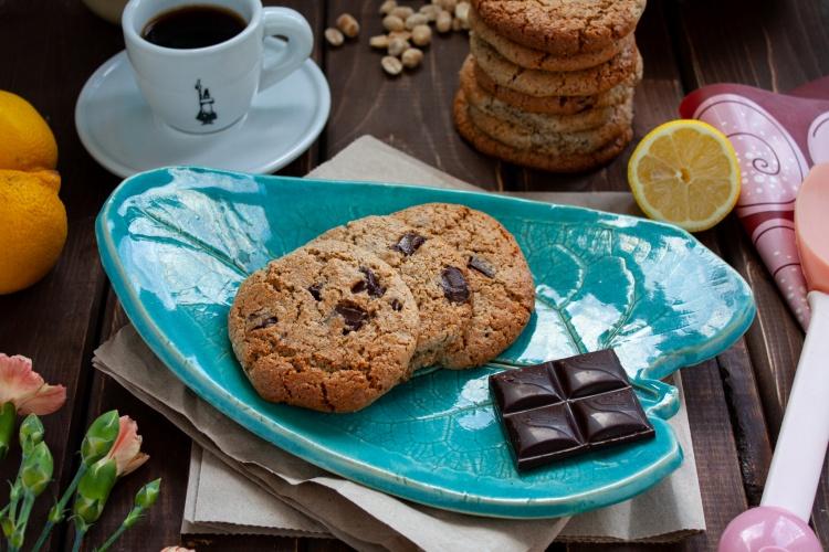 Wegańskie ciastka orzechowe z czekoladą