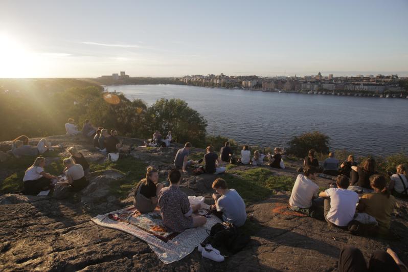 unge mennesker nyder den svenske natur i stockholm