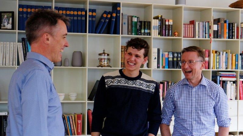 besøgsfamilie griner med studerende