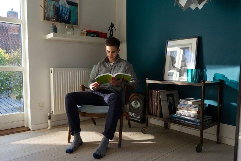 thomas på plads i sin yndlingsstol i værtsfamiliens hjem