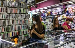 Vendedora usando máscara no Mercado Municipal l de São Paulo