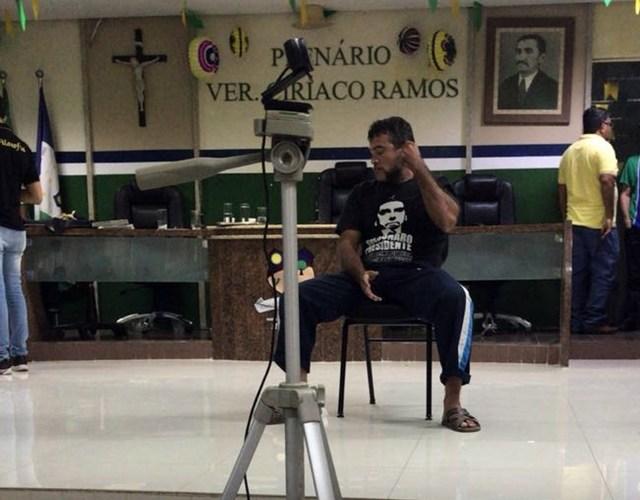Ex-candidato a prefeito joga ovo em presidente da Câmara de Santa Cruz do Capibaribe