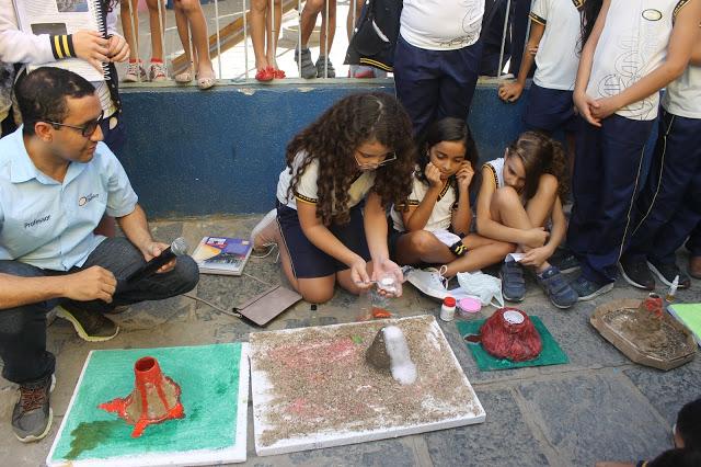 Projeto sobre vulcões explora criatividade de alunos de alunos de ensino fundamental da Escola Dinâmica
