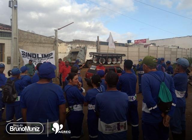 Por falta de benefícios, garis realizam protesto em Santa Cruz do Capibaribe