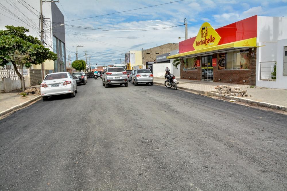 Avenida Maestro Alexandre começa a receber asfalto em Santa Cruz do Capibaribe
