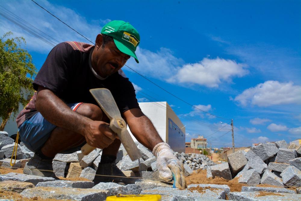 Ruas do bairro Malaquias Cardoso recebem pavimentação em Santa Cruz do Capibaribe
