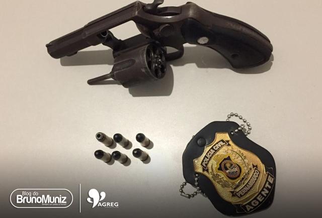 Policiais dão cumprimento a um mandado de prisão e prisão em flagrante por posse ilegal de arma de fogo
