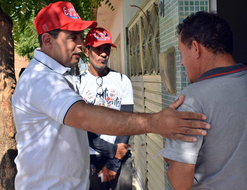 """""""Temos trilhado o caminho da boa política"""", destaca Cleiton Barboza após porta a porta em Santa Cruz do Capibaribe"""
