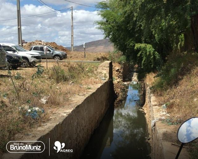 Feirantes reclamam de mau cheiro em canal no bairro Bela Vista