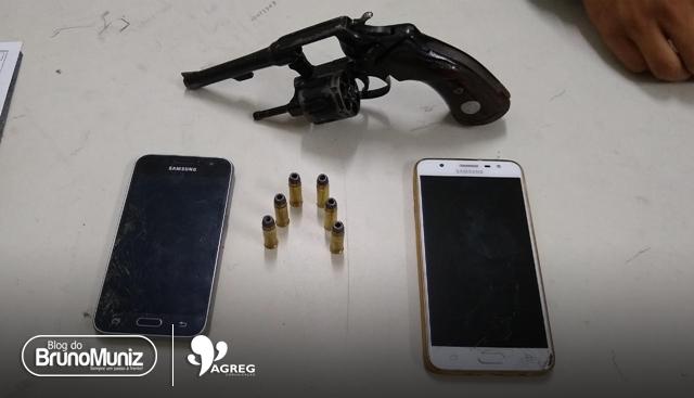 5 pessoas são apreendidas com duas motos roubadas, arma e celulares no Agreste de Pernambuco