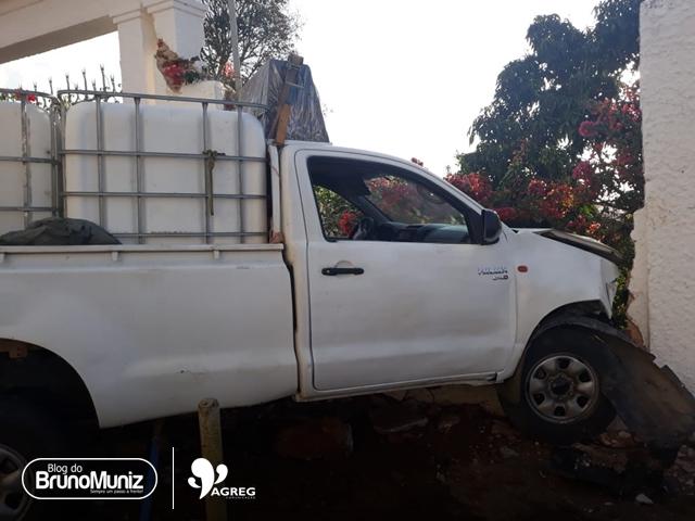Caminhonete perde controle e colide em muro no Agreste de Pernambuco