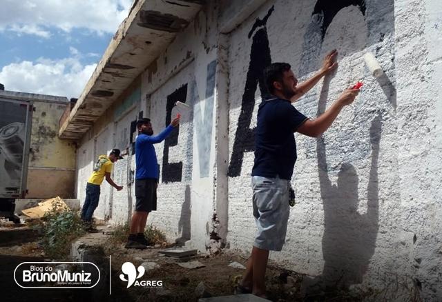 """Santa Cruz do Capibaribe – Apoiadores de Bolsonaro pintam paredes que haviam sido pinchadas com """"Ele Não"""""""