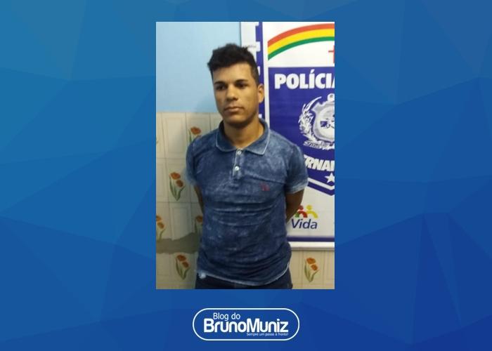 Policias dão cumprimento a uma mandado de prisão por crime de roubo em Toritama