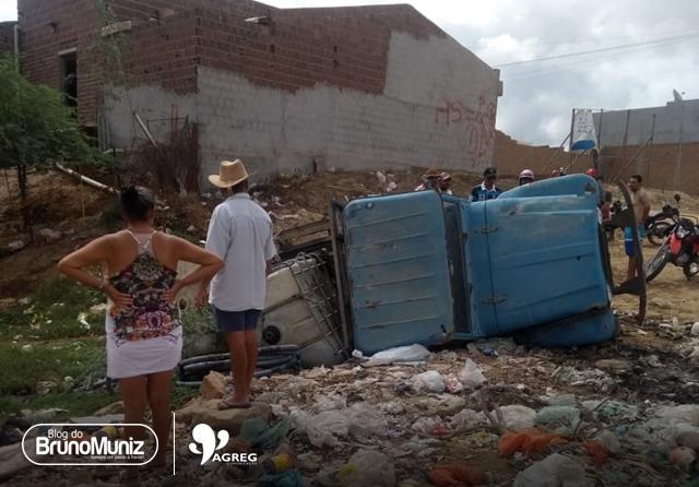 Popular perde controle e tomba veículo em Santa Cruz do Capibaribe