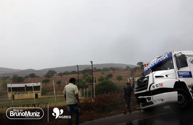 Carreta derrapa e colide em caminhão na BR-104