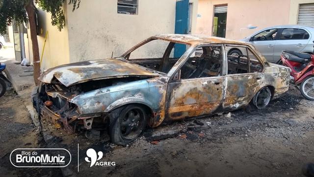 Veículo é incendiado no centro de Santa Cruz do Capibaribe