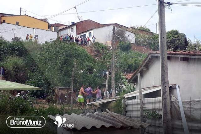 Caminhão tomba e atinge residência em Taquaritinga do Norte