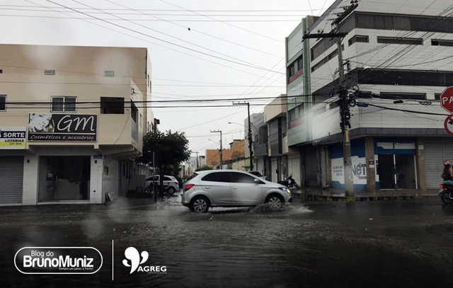 Chuva de minutos deixa ruas alagadas em Santa Cruz do Capibaribe