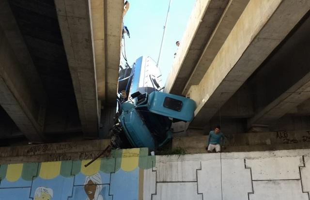 Caminhão tomba e fica preso entre viadutos na BR-104 em Caruaru