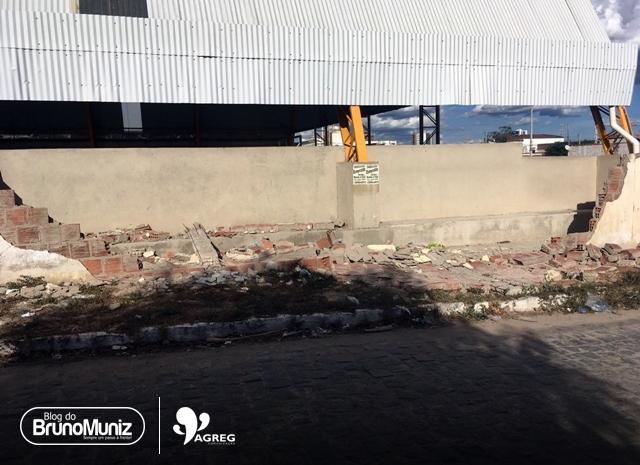 Santa Cruz do Capibaribe – Muro de escola estadual que caiu permanece há dias sem reparos