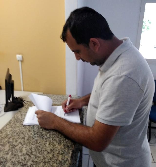 Em Santa Cruz do Capibaribe, vereador entra com ação e acusa secretário de promoção pessoal durante evento público