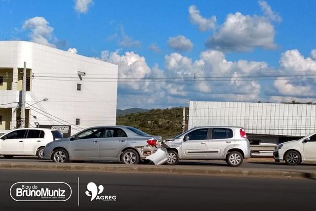 Colisão entre automóveis é registrada em perímetro urbano de Santa Cruz do Capibaribe