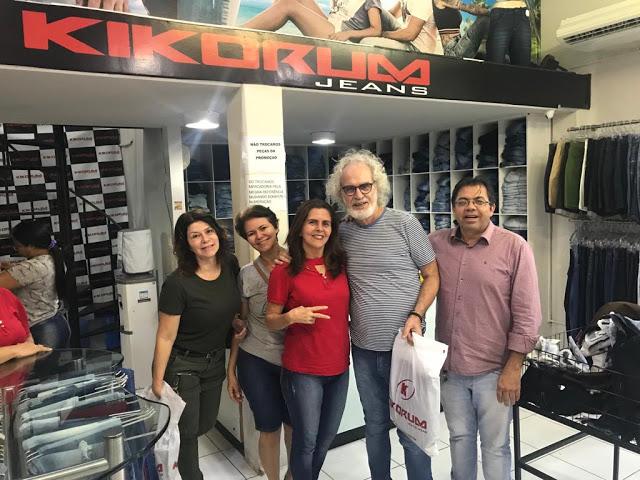 Cantor Renato Teixeira realiza compras no Moda Center Santa Cruz