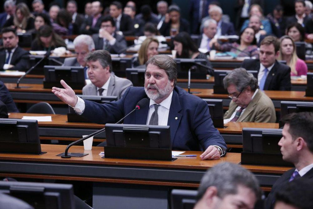 """""""Eu torço para que ele não seja aprovado"""", afirma Renildo Calheiros sobre Eduardo Bolsonaro na embaixada"""