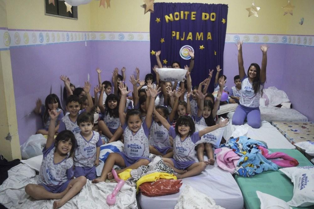 Alegria total da criançada na Noite do Pijama 2019 da Escola Dinâmica