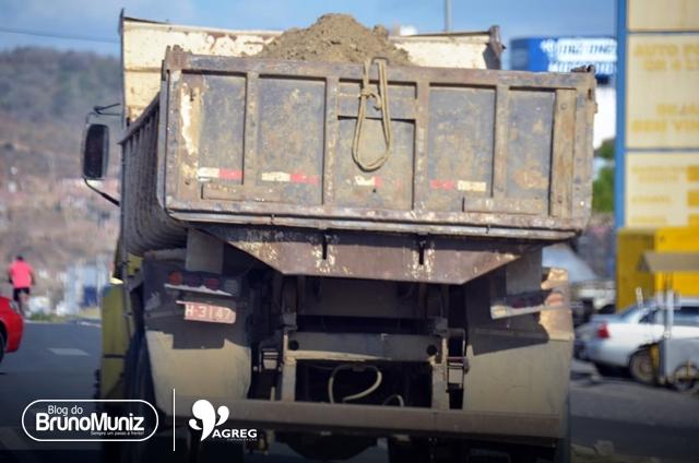 Flagrante em Santa Cruz do Capibaribe – Veículo deixa cair parte da carga em rodovia e gera risco de acidentes