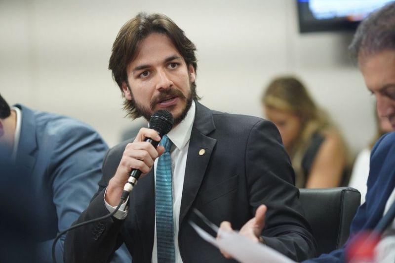Pedro, filho de Cássio Cunha Lima, propõe que professores tenham os maiores salários no âmbito público