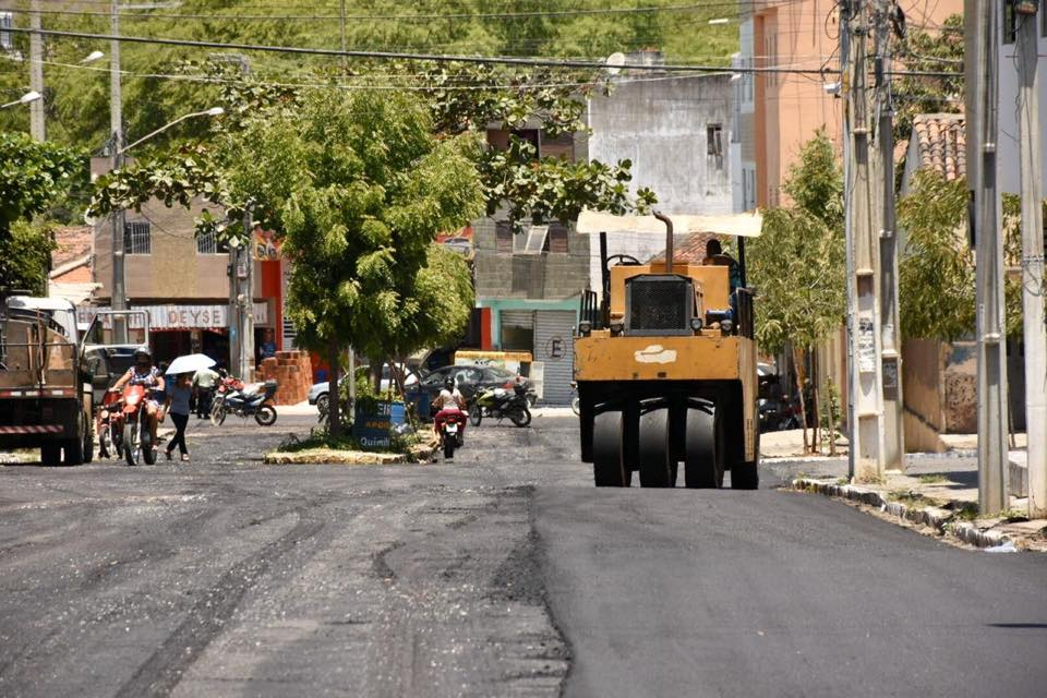 Santa Cruz do Capibaribe – Rua Manoel Rufino recebe asfalto