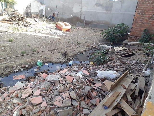 Em São Domingos, moradores reclamam de esgotos e lixo