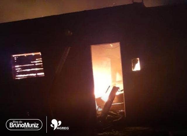 Na noite de domingo (08), uma residência pegou fogo no loteamento Barrinha em São Domingos, distrito de Brejo da Madre de Deus, no Agreste de Pernambuco