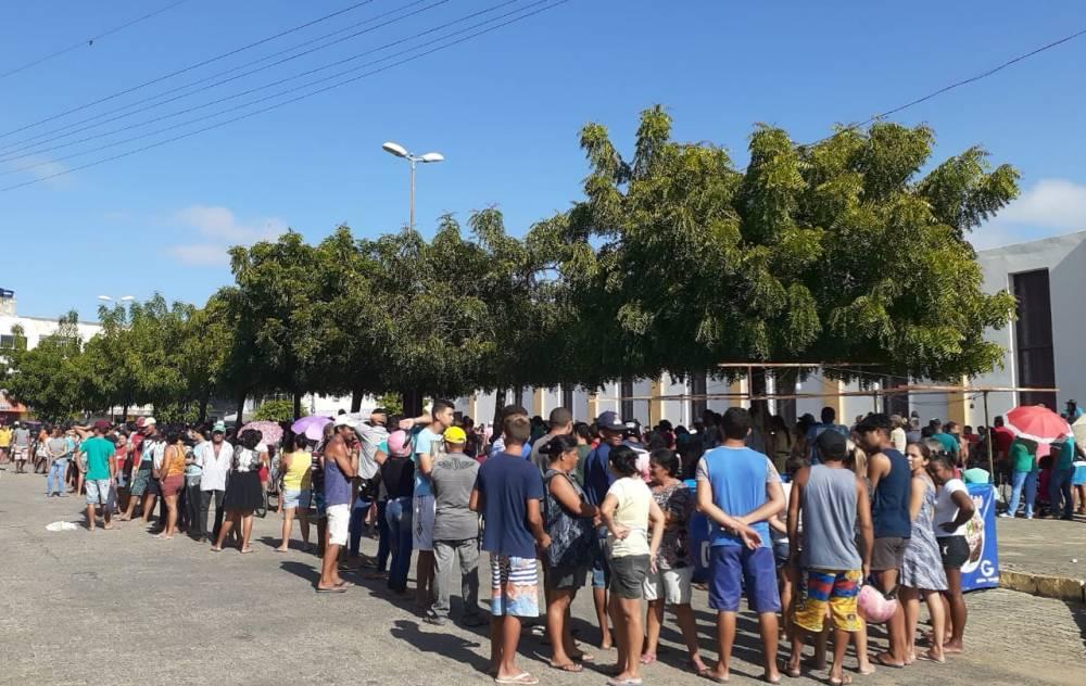 Doação de peixes atrai multidão para o São Cristóvão, em Santa Cruz do Capibaribe