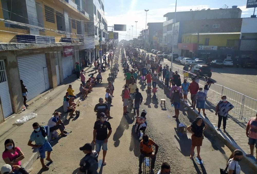 Em Toritama, prefeitura organiza filas para pessoas que vão receber auxílio emergencial