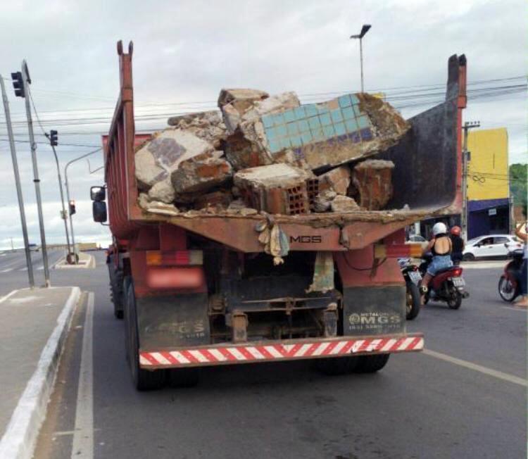 Caminhão é flagrado transportando metralha de forma irregular em Santa Cruz do Capibaribe