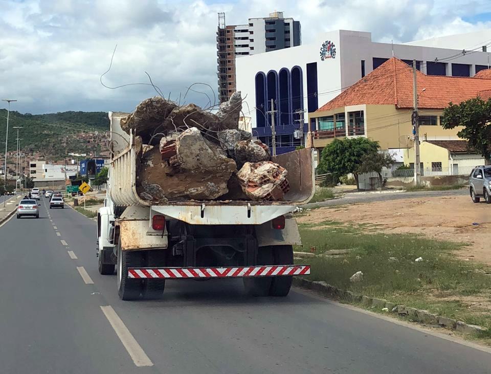 Mais um veículo é flagrado transportando metralhas de maneira irregular em Santa Cruz do Capibaribe