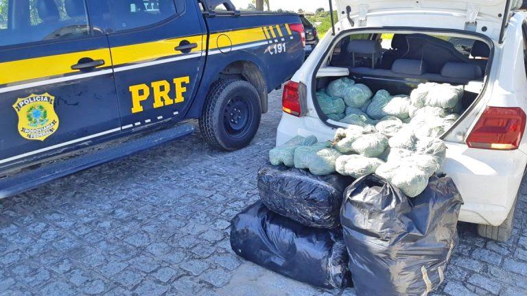 Carro carregado com 88 quilos de maconha é apreendido pela PRF após capotar em Pombos