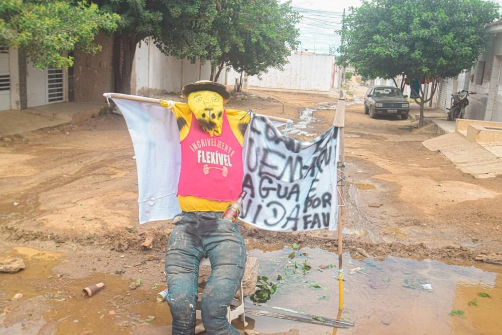 Moradores realizam protesto após tubulação da Compesa passar mais de uma semana estourada