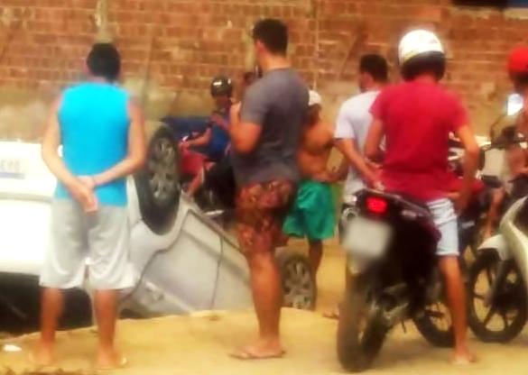 Condutor perde controle e capota veículo em via urbana de São Domingos