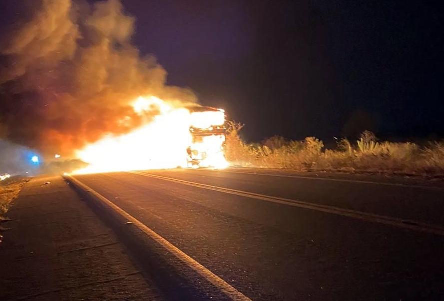 Motorista de excursão que fazia rota Santa Cruz se desespera após seu ônibus pegar fogo