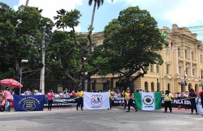 Pais de alunos e donos de escolas protestam por liberação de aulas presenciais para ensinos infantil e fundamental em Pernambuco