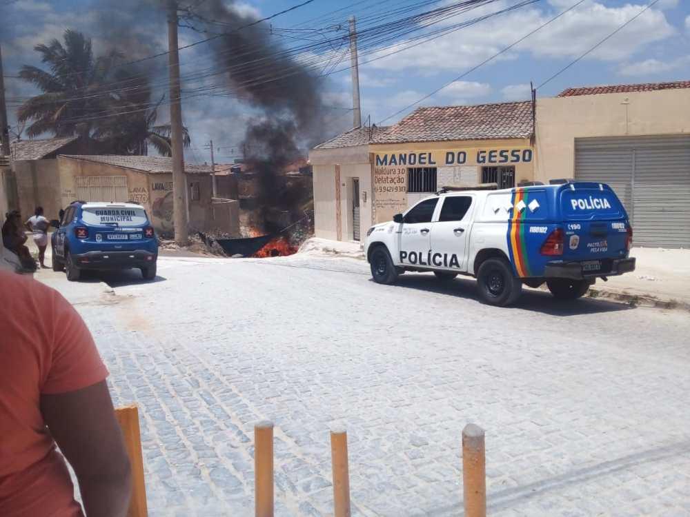 Manifestantes ateiam fogo em pneus e bloqueiam passagem molhada onde dois acidentes aconteceram em menos de dois meses