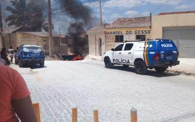 Manifestantes ateiam fogo em pneus e bloqueiam passagem molhada onde dois acidentes aconteceram em menos de um mês