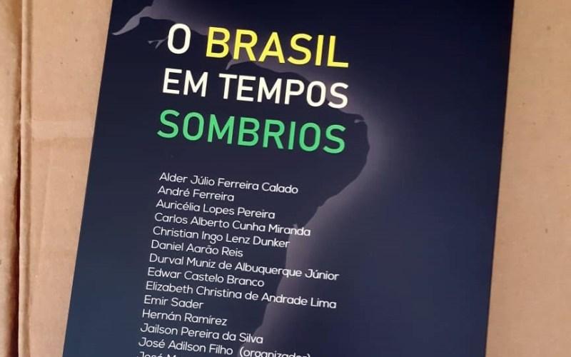 """Livro """"O Brasil em Tempos Sombrios"""" será lançado em Santa Cruz do Capibaribe"""