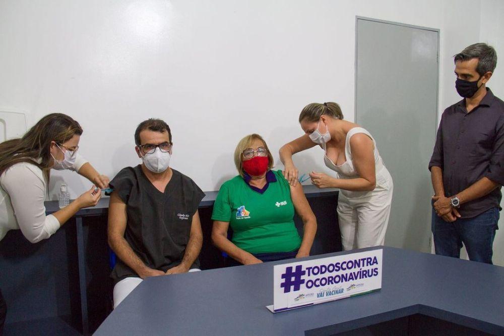 Primeiros servidores da saúde são vacinados em Santa Cruz do Capibaribe